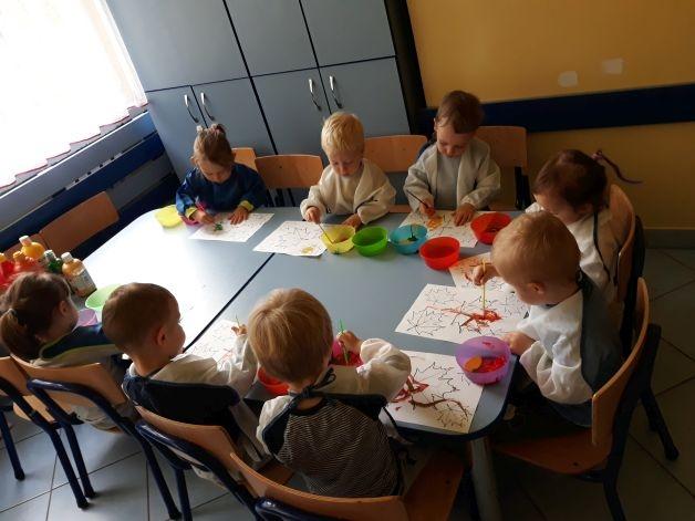 dzieci malują liście, każdy ma swój arkusz
