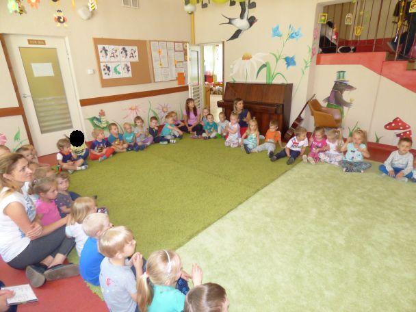 dzieci siedzą i bawią się