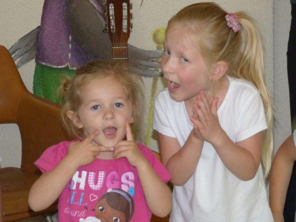 dwójka dzieci śpiewa