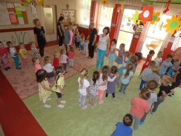 wspólna zabawa z dziećmi i opiekunami