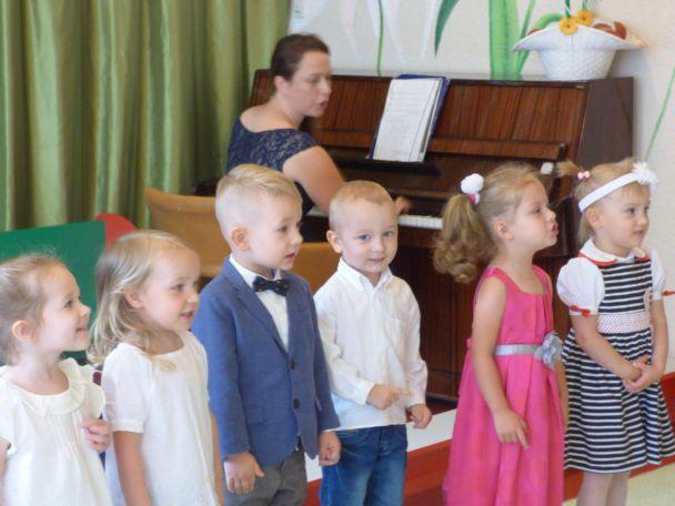 dzieci śpiewają, PAni gra na fortepianie