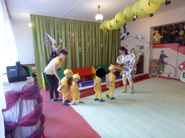 dzieci grają w przedstawieniu, przebrane w stroje