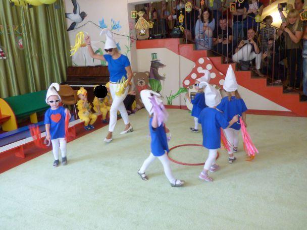 dzieci przebrane w kranoludki, tańczą