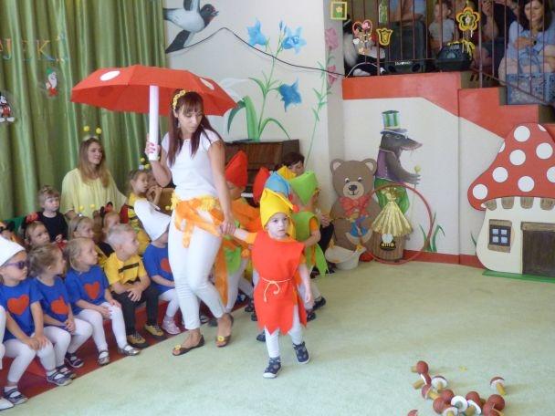 dziecko w przebraniu krasnala idzie z PAnią za rękę, Pani trzyma parasol muchomor